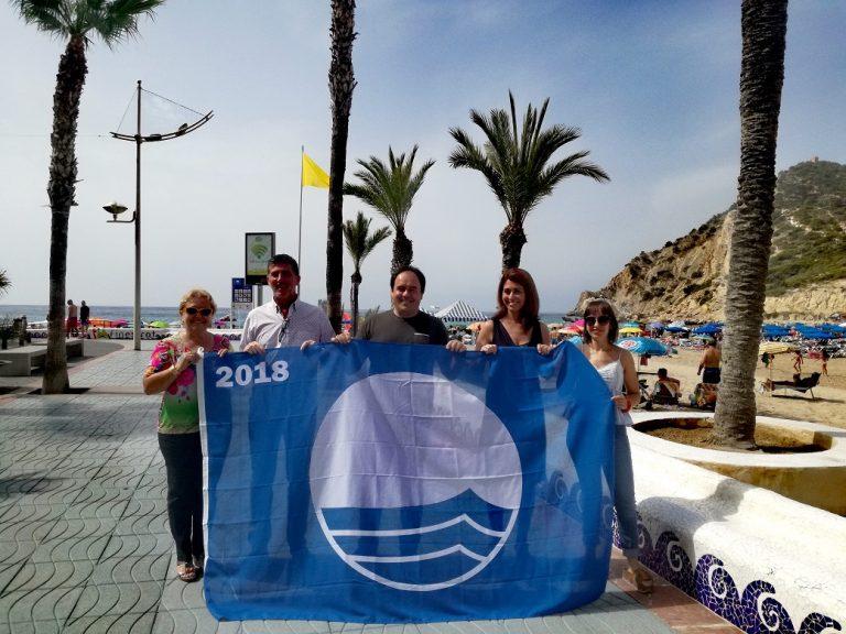 La bandera azul ya ondea en la playa de la Cala de Finestrat