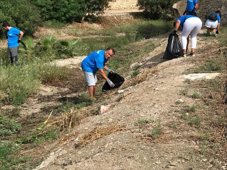 20 voluntarios limpian la desembocadura del río Amadorio