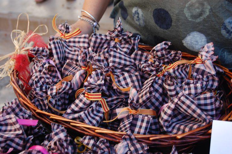 La Vila Joiosa venderá 550 'mocadoràs' solidarias durante la celebración del 9 d'Octubre