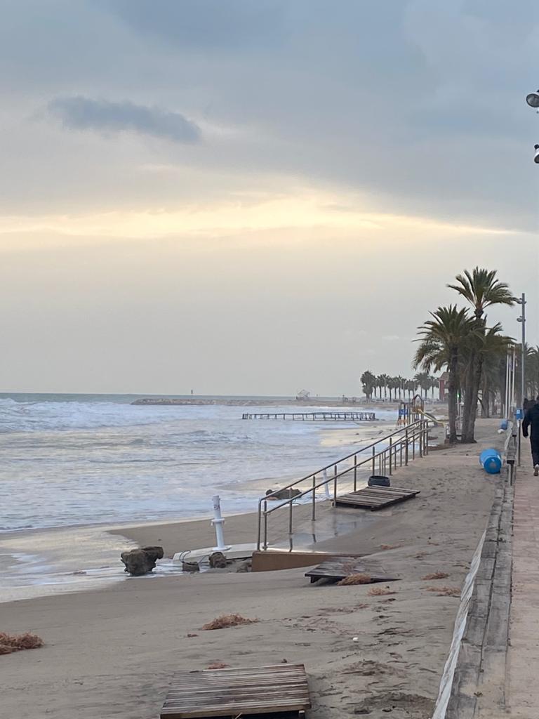 Aparece una jaula de  piscifactoría en la playa Centro de La Vila Joiosa