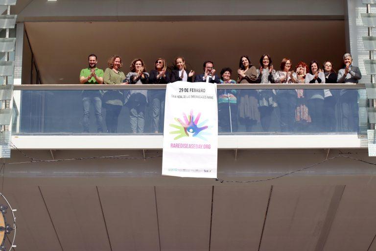 Benidorm despliega la pancarta conmemorativa del Día Mundial de las Enfermedades Raras