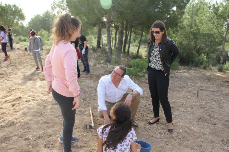 Los alumnos de Benidorm celebran el Día del Árbol con la plantación de especies autóctonas