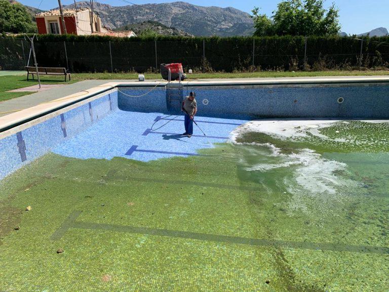 Confrides prepara su piscina municipal en previsión de su apertura
