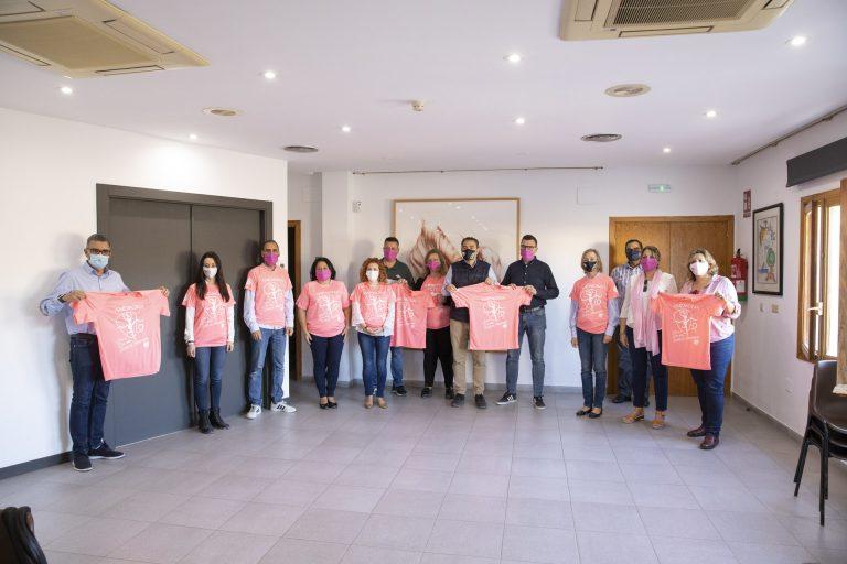 La Casa de Cultura de l'Alfàs se ilumina de rosa contra el cáncer de mama