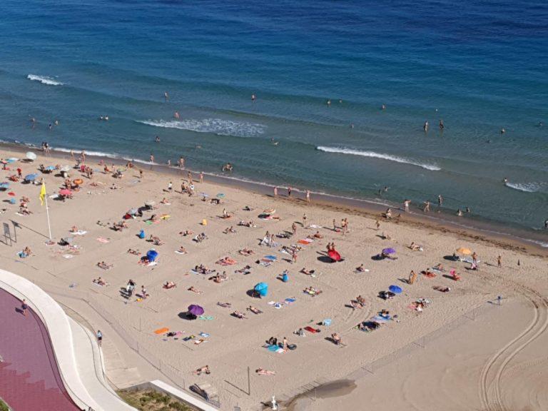 Las playas de Benidorm seguirán parceladas en mayo y sin servicio de hamacas