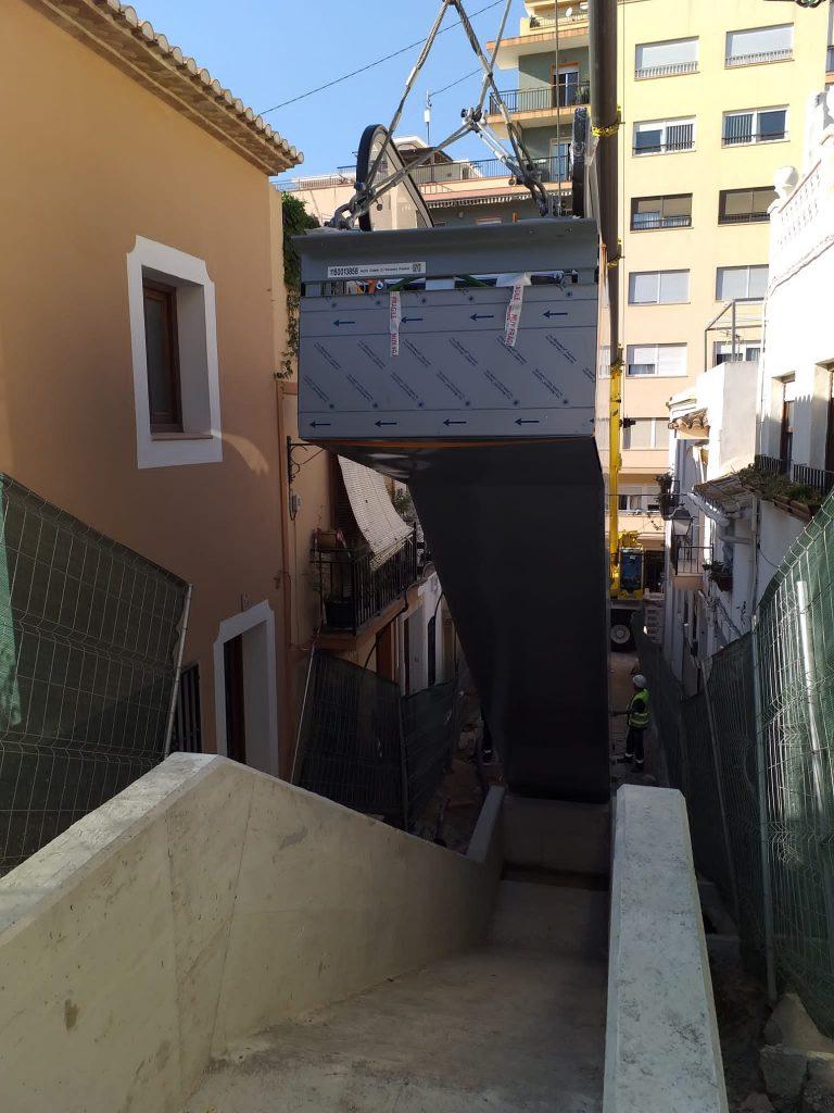 Comienzan a instalarse las escaleras mecánicas de la calle Alcalde Vicente Pastor de Calp