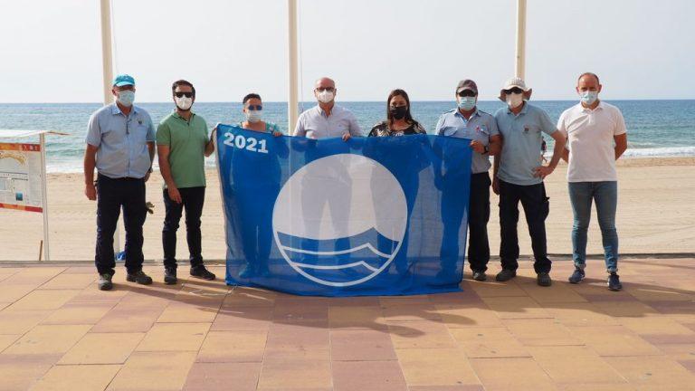 La Bandera Azul y la de Ecoplayas ya ondean en la playa Centro de la Vila Joiosa