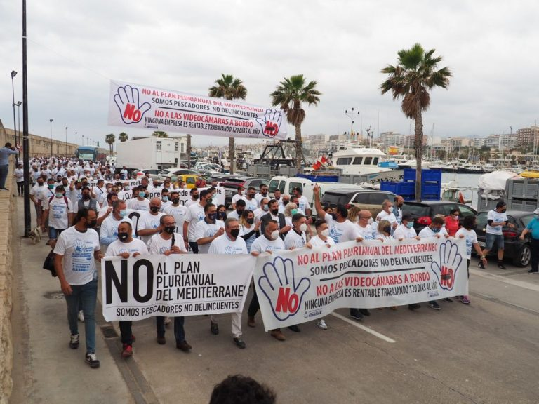 El Ayuntamiento de la Vila secunda la protesta del sector pesquero contra el plan de Bruselas